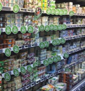 rayon supermarché des produits laitiers bio