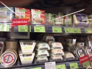 Rayon fromages alternatifs en magasin spécialisé bio