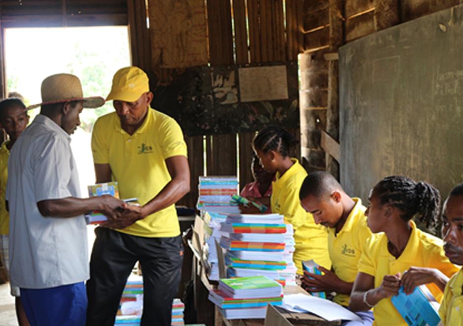 Distribution de matériel scolaire pour les jeunes.